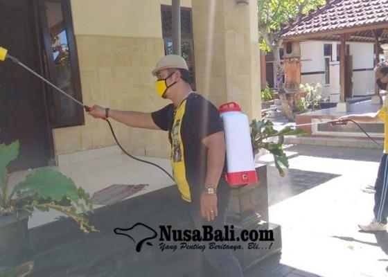 Nusabali.com - zona-merah-golkar-semprotkan-disinfektan-di-kawasan-panjer