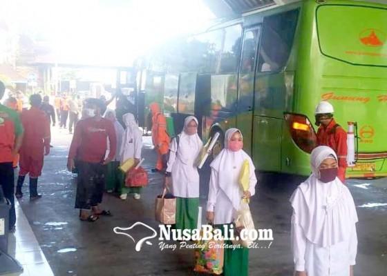 Nusabali.com - giliran-santri-putri-tiba-di-terminal-mengwi