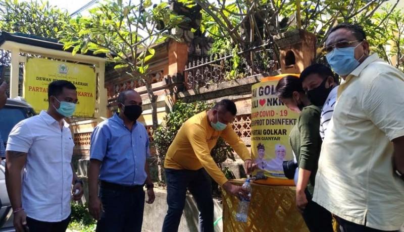 www.nusabali.com-kader-golkar-spraying-ke-rumah-rumah