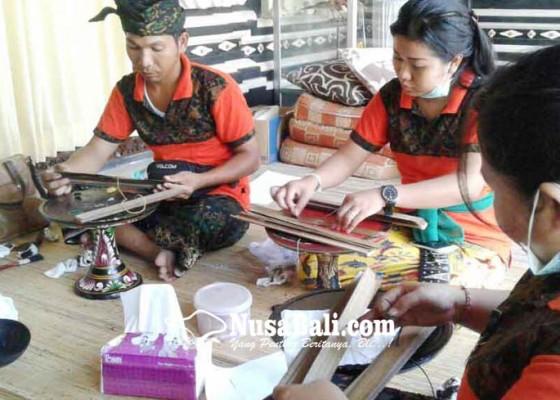 Nusabali.com - penyuluh-bahasa-bali-stop-sementara-konservasi-lontar