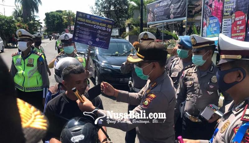 www.nusabali.com-pemotor-tertib-dapat-hadiah-handsanitizer-dari-polres-buleleng
