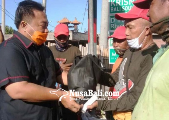 Nusabali.com - anggota-dpr-ri-bagikan-sembako-untuk-petugas-kebersihan