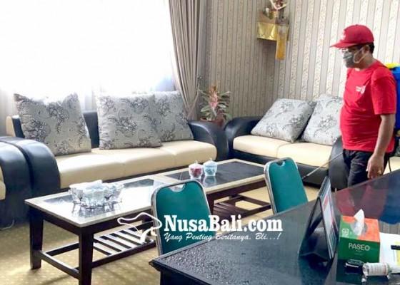 Nusabali.com - areal-kantor-dprd-jembrana-diguyur-cairan-disinfektan