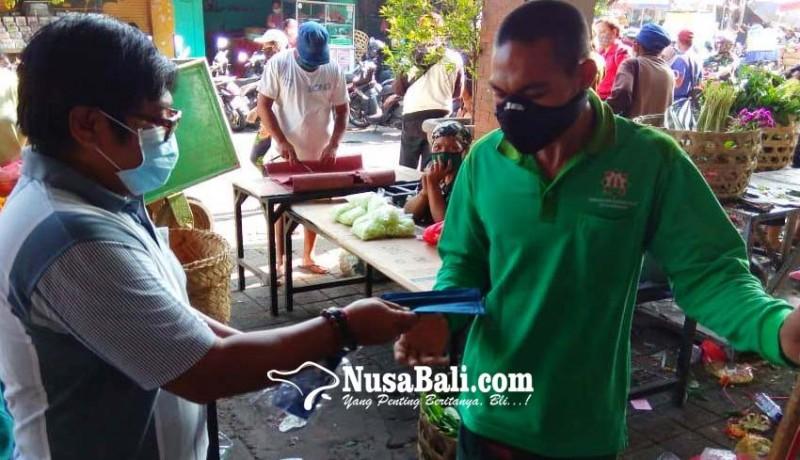 www.nusabali.com-fraksi-nasdem-psi-bagi-1500-masker-di-pasar-ketapian
