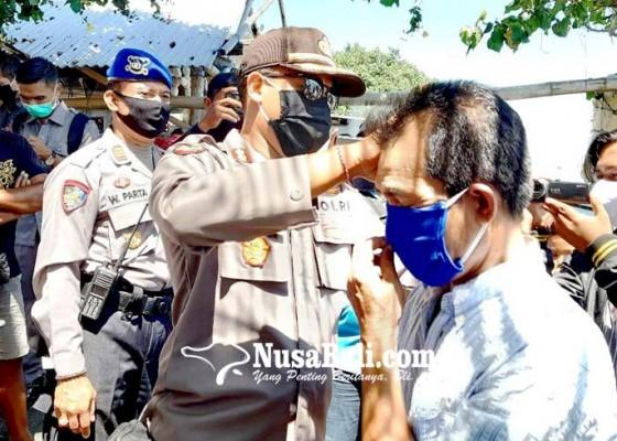 Nusabali.com - polres-buleleng-bagikan-seribu-masker-untuk-nelayan