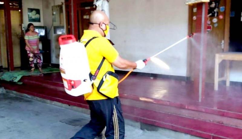 www.nusabali.com-fungsionaris-dpp-golkar-semprot-disinfektan-door-to-door