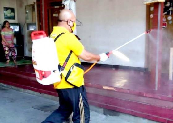 Nusabali.com - fungsionaris-dpp-golkar-semprot-disinfektan-door-to-door