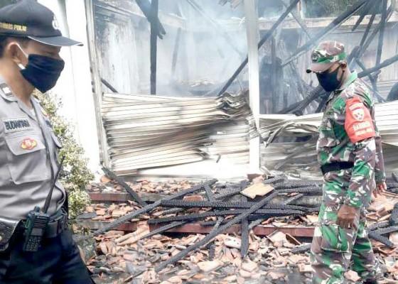 Nusabali.com - diduga-karena-korsleting-pos-tiket-pura-uluwatu-terbakar
