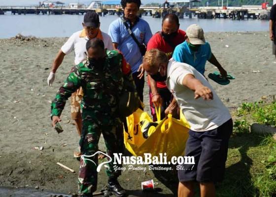 Nusabali.com - sebelum-mencebur-ke-laut-dadong-rerod-sembahyang-dulu-di-pantai