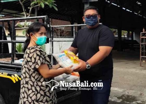 Nusabali.com - ketua-fraksi-nasdem-karangasem-bagi-bagi-sembako