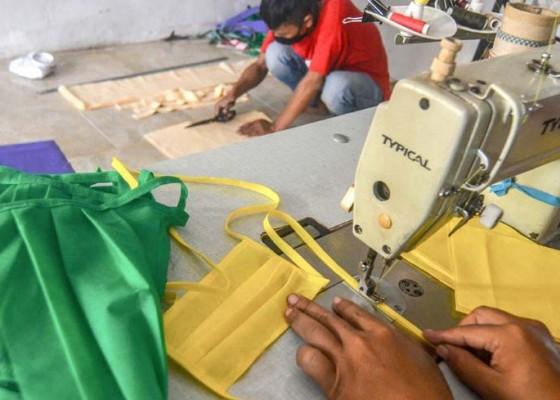 Nusabali.com - usaha-konveksi-beralih-produksi-masker