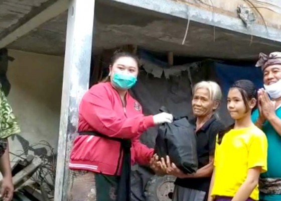 Nusabali.com - srikandi-dewan-badung-bagi-paket-sembako