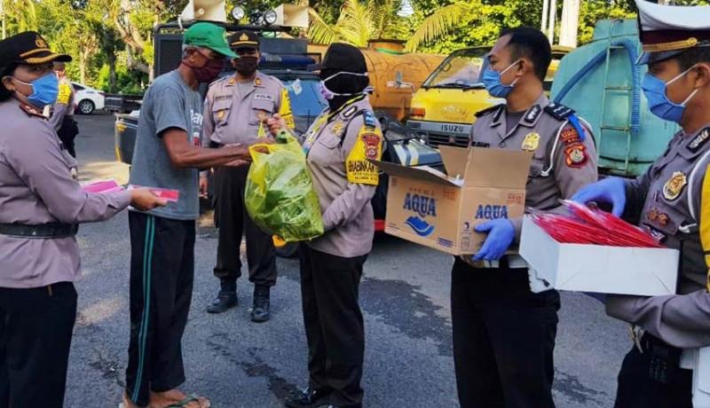 www.nusabali.com-polisi-bagikan-nasi-bungkus-ke-petugas-kebersihan-dan-sopir-dlh