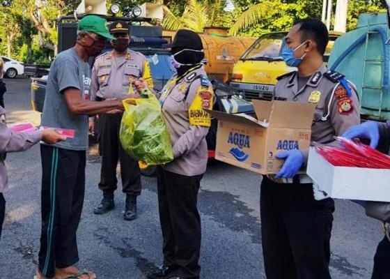 Nusabali.com - polisi-bagikan-nasi-bungkus-ke-petugas-kebersihan-dan-sopir-dlh