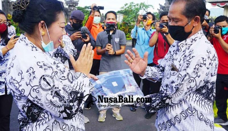 www.nusabali.com-bupati-mas-sumatri-bantu-pgri-6000-masker