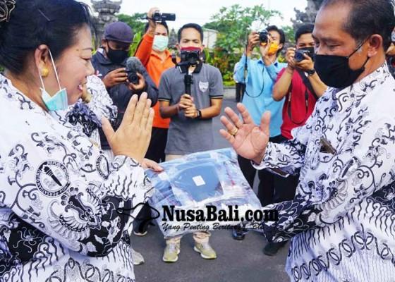 Nusabali.com - bupati-mas-sumatri-bantu-pgri-6000-masker