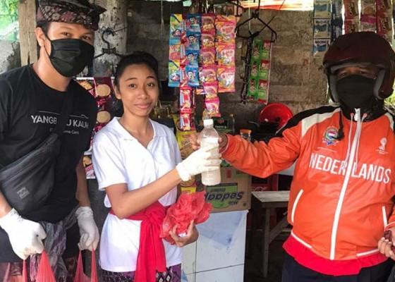 Nusabali.com - satgas-gotong-royong-desa-adat-yangbatu-bagikan-2000-botol-cairan-disinfektan