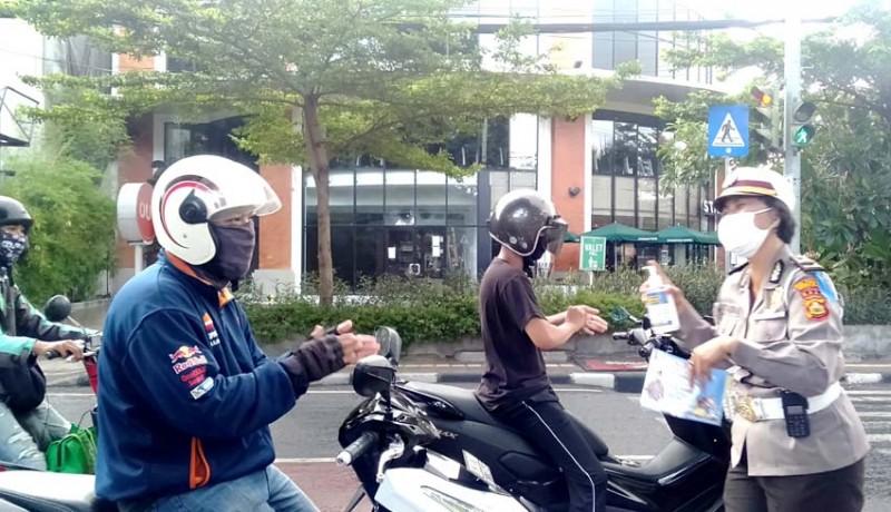 www.nusabali.com-satlantas-polresta-denpasar-bagikan-3000-masker-kepada-pengguna-jalan