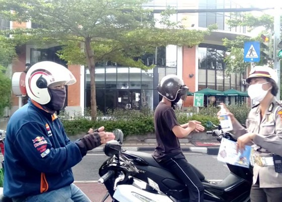 Nusabali.com - satlantas-polresta-denpasar-bagikan-3000-masker-kepada-pengguna-jalan