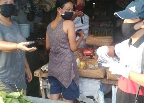 Nusabali.com - smpn-1-banjarangkan-bagi-bagi-masker