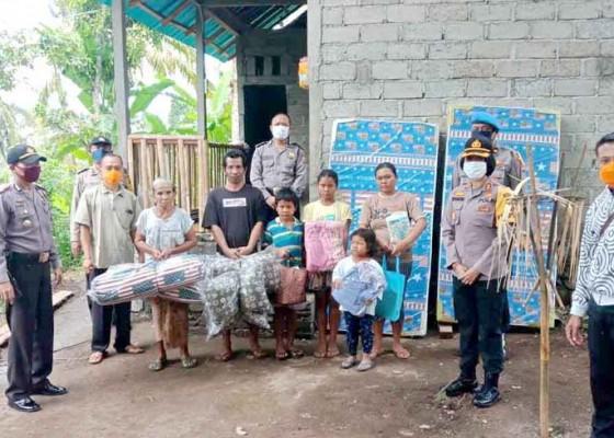Nusabali.com - kapolres-serahkan-bantuan-bedah-rumah