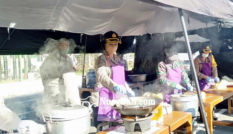 www.nusabali.com-kapolres-badung-pimpin-kegiatan-masak-di-dapur-umum