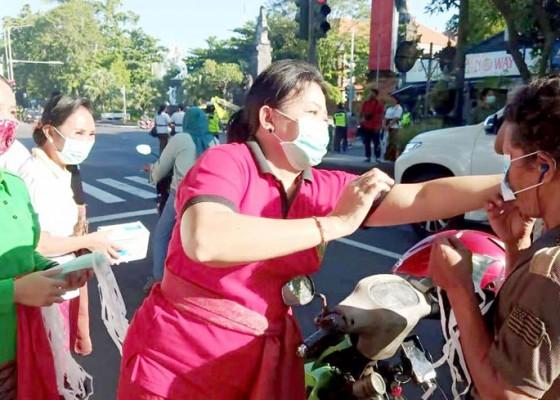 Nusabali.com - peringati-hari-kartini-gow-jembrana-bagikan-masker