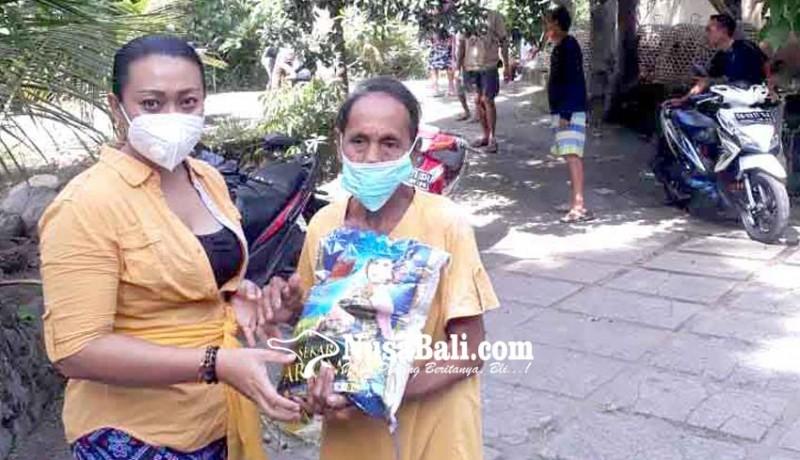 www.nusabali.com-rayakan-kartini-kelian-wanita-bagikan-sembako