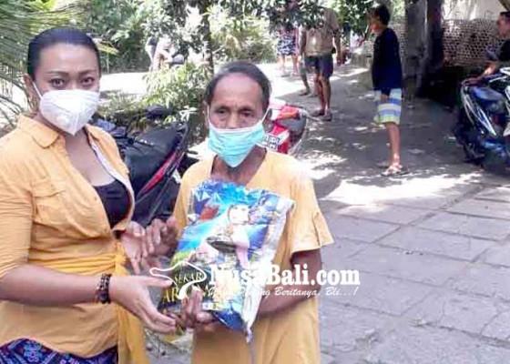 Nusabali.com - rayakan-kartini-kelian-wanita-bagikan-sembako