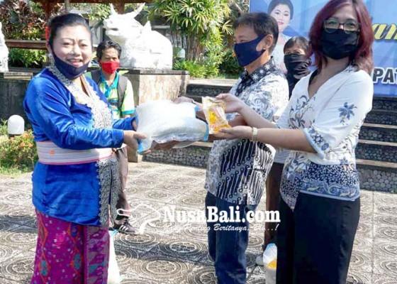 Nusabali.com - pekerja-dlh-karangasem-dapat-bantuan-547-ton-beras