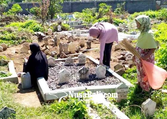 Nusabali.com - jelang-bulan-puasa-makam-ramai-peziarah