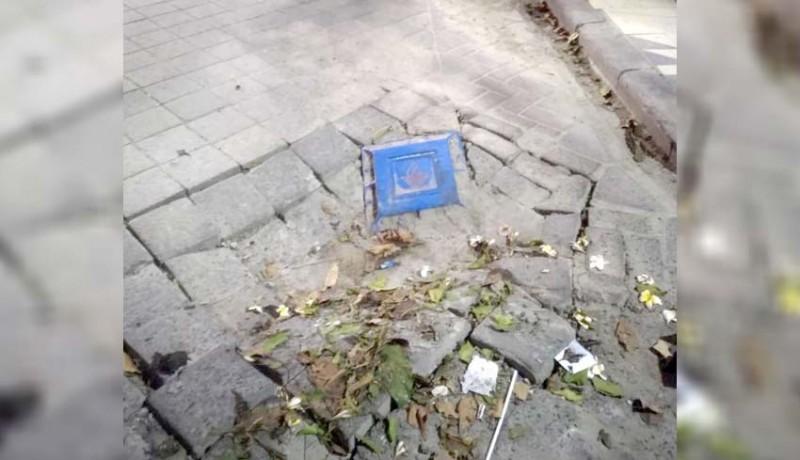 www.nusabali.com-akibat-perbaikan-pipa-pdam-jalan-di-legian-ambles