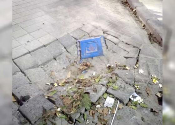 Nusabali.com - akibat-perbaikan-pipa-pdam-jalan-di-legian-ambles