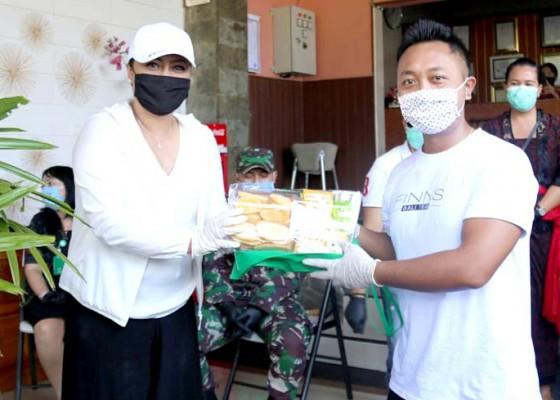 Nusabali.com - bupati-eka-kunjungi-pmi-serahkan-vitamin-dan-madu