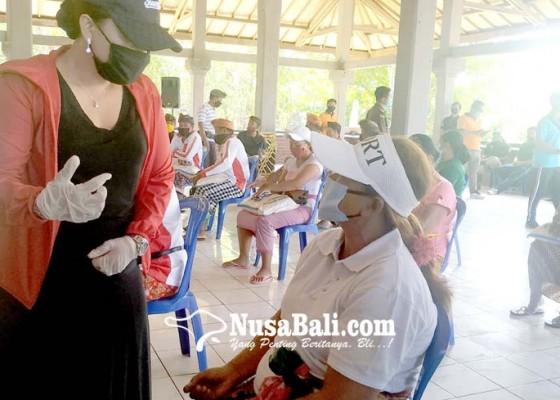 Nusabali.com - pelaku-wisata-di-tanah-lot-digelontor-sembako-1100-paket
