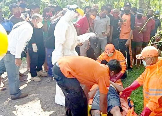 Nusabali.com - mayat-ditemukan-di-selokan-petugas-evakuasi-kenakan-apd