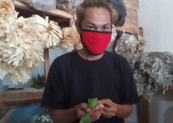 Nusabali.com - imbas-covid-19-pembuat-kulit-ketupat-tanpa-penghasilan
