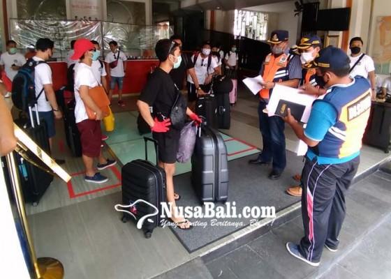 Nusabali.com - dipulangkan-54-pmi-denpasar-urunan-sumbang-80-apd