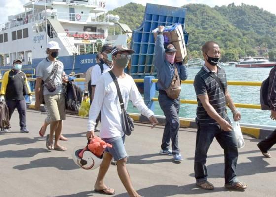 Nusabali.com - pelabuhan-padangbai-beroperasi-terbatas