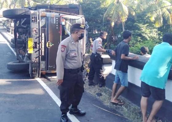 Nusabali.com - oleng-truk-muatan-mie-instan-nyaris-terjun-ke-sungai