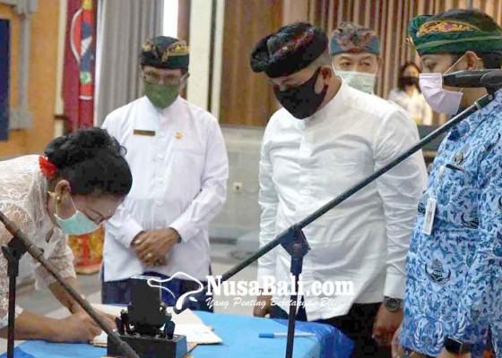 Nusabali.com - bupati-kukuhkan-205-pns-lewat-teleconference