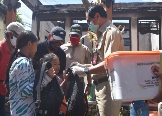 Nusabali.com - wabup-suiasa-serahkan-bantuan-kepada-korban-kebakaran-di-canggu