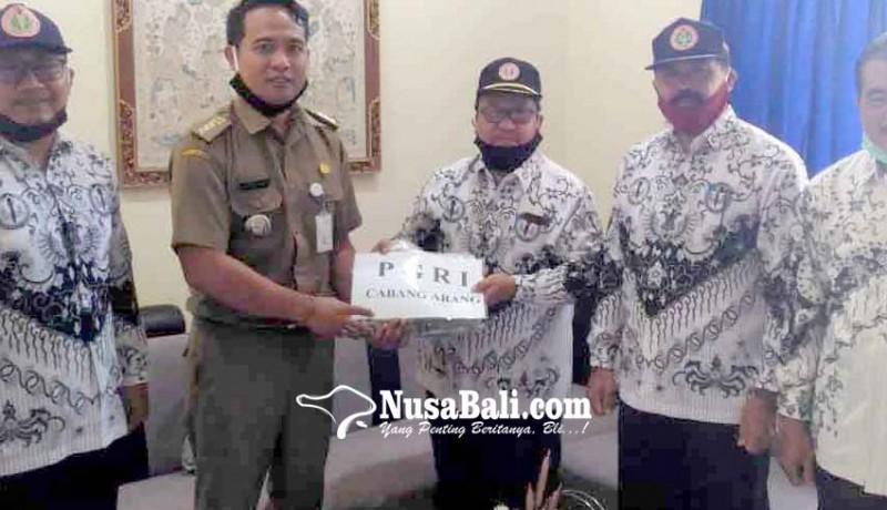 www.nusabali.com-rayakan-hardiknas-pgri-abang-bantu-1000-masker