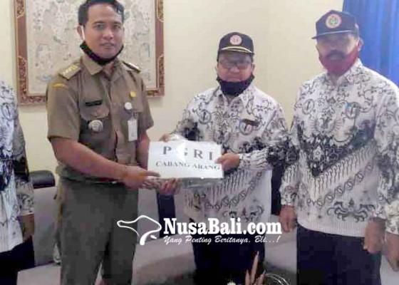 Nusabali.com - rayakan-hardiknas-pgri-abang-bantu-1000-masker