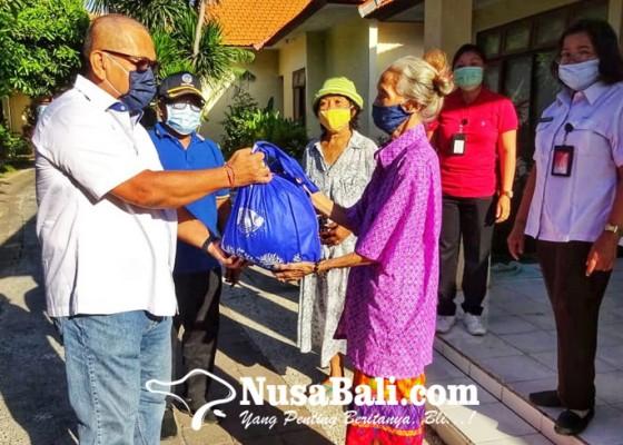 Nusabali.com - ditengah-pandemi-covid-19-nasdem-psi-sumbangan-50-sembako-ke-pantai-jompo