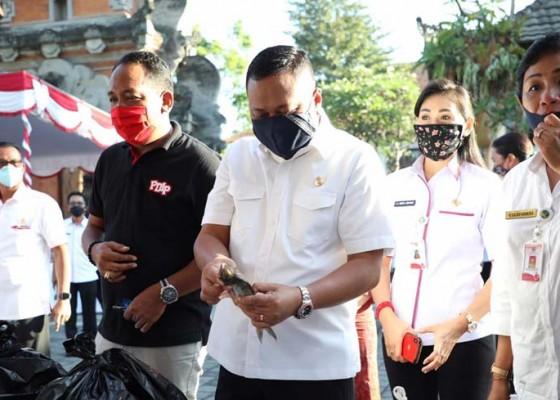 Nusabali.com - dprd-borong-ikan-di-pasar-dadakan