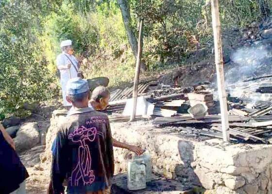 Nusabali.com - ditinggal-menyabit-rumput-gubuk-lansia-terbakar