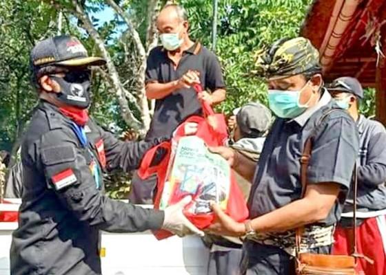 Nusabali.com - pdip-bangli-salurkan-600-paket-sembako-untuk-warga-desa-abuan