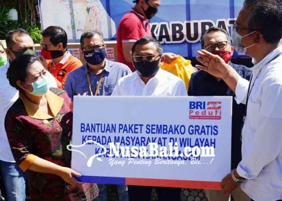 Nusabali.com - bupati-karangasem-terima-bantuan-sembako-dan-apd-dari-perbankan