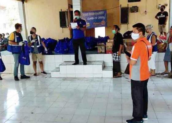 Nusabali.com - donatur-bagikan-seratusan-paket-sembako-di-beluhu-kangin